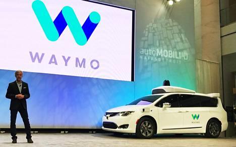 Googlen emoyhtiön Alphabetin robottiautovalmistaja julkisti uusimman mallinsa tammikuussa Detroitissa. Lavalla yhtiön toimitusjohtaja John Krafcik.
