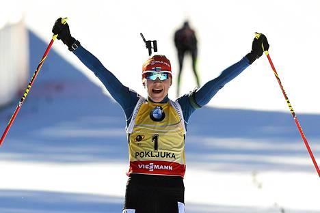Kaisa Mäkäräinen juhli joulukussa yhteislähtökisan voittoa joulukuussa Slovenian Pokljukassa.