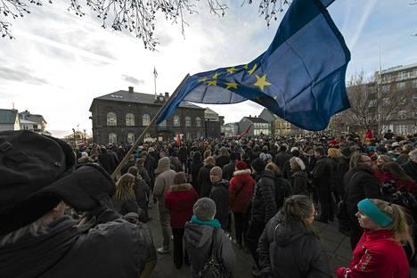 3500 ihmistä kokoontui osoittamaan mieltään parlamenttitalon eteen Reykjavikissä maanantaina.