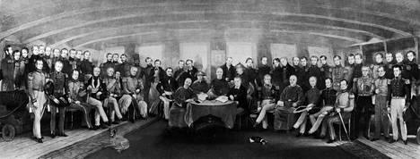 Nanjingin sopimusta on kiinalaisessa historiankirjoituksessa kutsuttu ensimmäiseksi epätasa-arvoiseksi valtiosopimukseksi. John Plattin maalaukseen vuodelta 1846 pohjautuva kuva Nanjingin sopimuksen allekirjoitusseremoniasta.