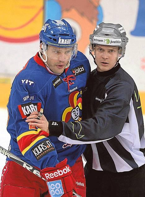 Jarkko Ruutu (vas.) on väliaikaisessa pelikiellossa torstain SaiPa-pelin taklauksensa vuoksi.