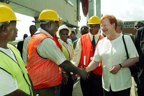 Presidentti Tarja Halonen ja valiokuntaneuvos Pentti Arajärvi vierailivat Dar es Salaamin konttisatamassa vuonna 2003, joka oli tuolloin yksi Suomen kehitysyhteistyökohteista.
