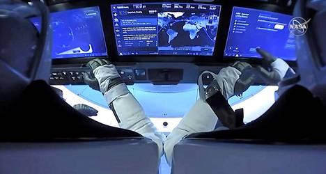 Tällainen oli astronauttien Robert Behnkenin ja Douglas Hurleyn näkymä ennen kuin kapseli läpäisi Maan ilmakehän.