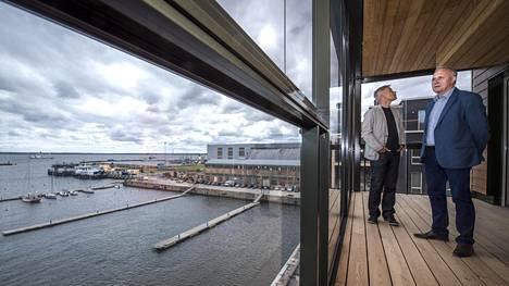 Arkkitehti Indrek Allmann (vas.) toimistosta Pluss ja kiinteistöosaston johtaja Tiit Kuusik rakennusyhtiö Merkosta katselivat rakenteilla olevaa rantaa näyteasunnon terassilla Noblessnerin alueella.