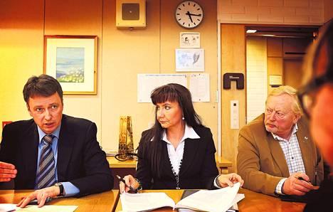 """Päivi Visuri kuunteli, kun TuPun valtuustoryhmän puheenjohtaja Jussi Salonen (vas.) antoi vihjeitä yhdistyksen ryhmäkokouksessa. """"Tästä tämä alkaa, tehdään hyvää työtä, ei turhaa teatteria"""", hän sanoi ennen valtuuston alkamista. Oikealla istuu valtuutettu Veikko Seuna."""