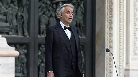 Andrea Bocelli lauloi 12. huhtikuuta Piazza del Duomolla Milanossa.