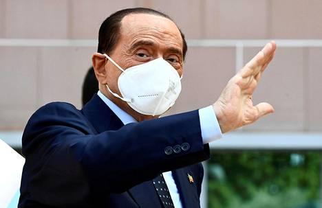 Italian entinen pääministeri kuvattuna syyskuussa lähtiessään milanolaisesta sairaalasta, jossa häntä hoidettiin koronavirusinfektion vuoksi.
