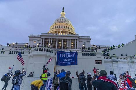 Kongressitaloon tunkeutujat levittivät muun muassa Donald Trumpia tukevan banderollin talon edustalle.