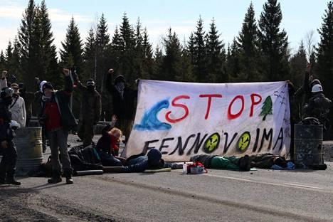 Mielenosoittajat sulkivat tien lähellä Fennovoiman Pyhäjoen ydinvoimalatyömaata torstaina.