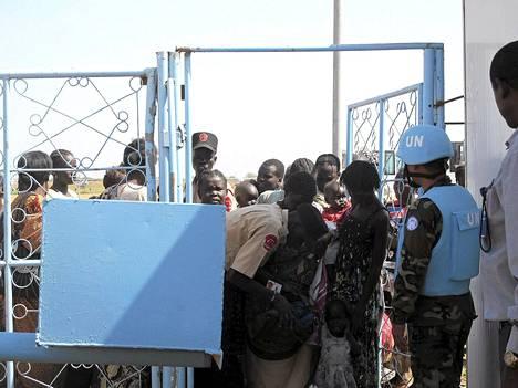 Eteläsudanilaiset jonottivat YK:n tukikohtaan Jubassa maanantaina.