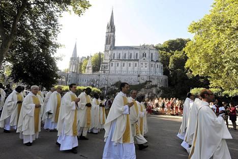 Katoliset papit ottivat osaa hengelliseen seremoniaan ennen messua Lourdesissa elokuussa.