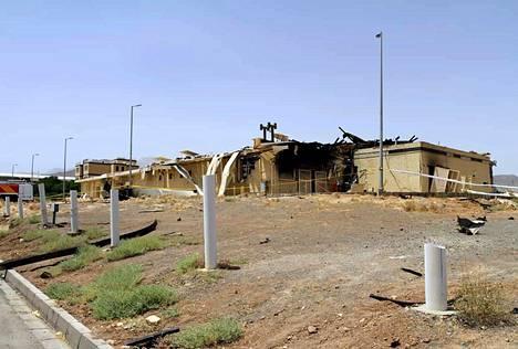 Iranin atomienergiajärjestön julkaisema kuva Natanzin ydinlaitoksen rakennuksesta, joka on osin tuhoutunut tulipalon takia.