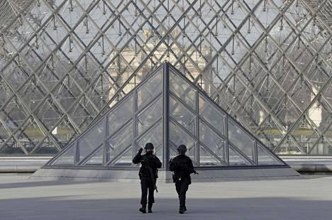 Ranskalaiset poliisit partioivat Pariisin Louvre-museolla perjantaina ilmeisen terrori-iskun yrityksen jälkeen.