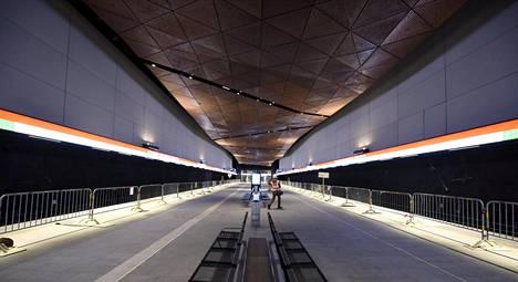 Aalto-yliopiston metroasema kumisee edelleen tyhjyyttään.
