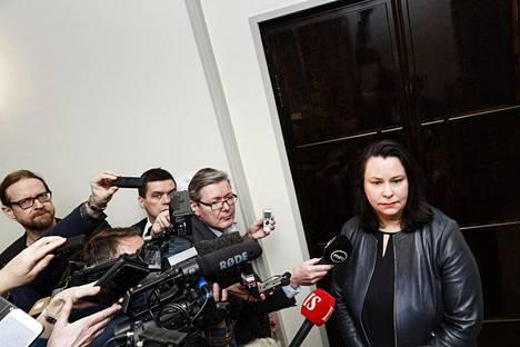 Johanna Ojala-Niemelä vastasi toimittajien kyselyihin ulkoministeri Pekka Haaviston tapauksesta eduskunnassa 19. helmikuuta.