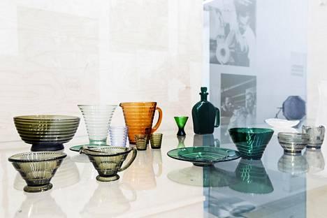 Iittala tunnetaan värilasin osaajana. Edessä vihreät Aarre Putron Olli-sarjan kulho ja vati, taustalla Aino Aallon Bölgeblick-lasisto.