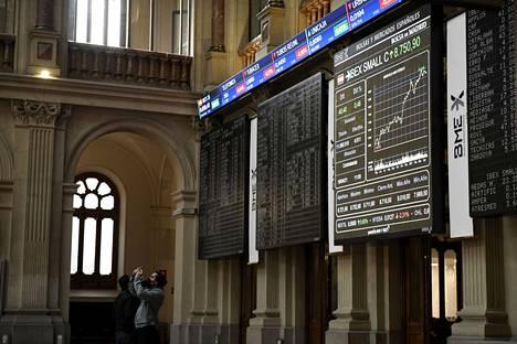 Osakeindeksi Ibex on esillä isolla näytöllä Madridin pörssirakennuksessa Espanjassa.