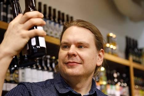 Erkki Häme myy omistamassaan Pien-baarissa ja -kaupassa etenkin pienpanimoiden tuottamia oluita. Häme kuvattuna töissään vuonna 2017.