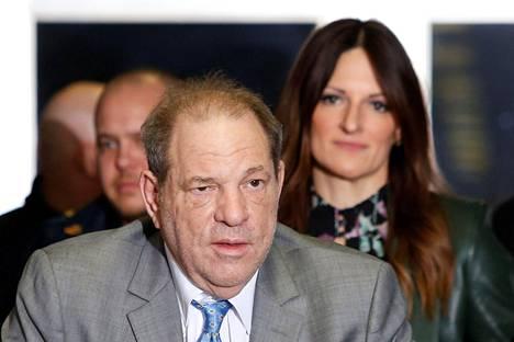 Harvey Weinstein ja puolustusasianajaja Donna Rotunno poistumassa oikeudesta New Yorkissa tiistaina 18. helmikuuta.