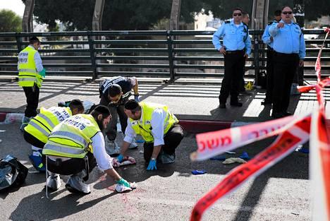 Israelin pelastusviranomaiset tutkivat Tel Avivissa paikkaa, jossa israelilaissotilasta puukotettiin.