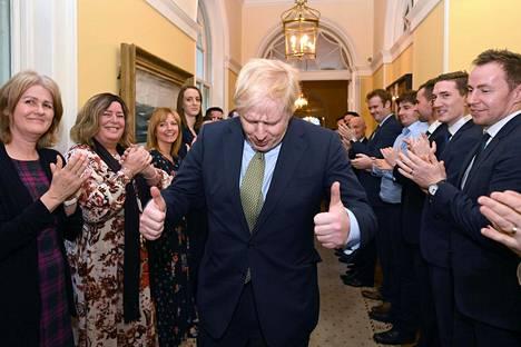 Pääministerin virka-asunnon henkilökunta antoi Boris Johnsonille aplodit tämän saavuttua Downing Street 10:een vaalivoittajana.