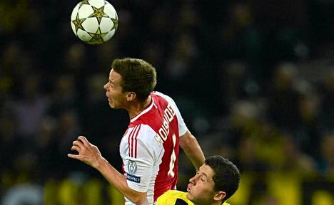Ajaxin Niklas Moisander (vas.) taisteli pääpallosta Borussia Dortmundin Robert Lewandowskin kanssa.
