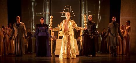Akhnatenin roolin laulaa Zoltan Darago (kesk.). Taustalla vasemmalta Aye (Kristjan Mõisnik), Tye (Riikka Hakola), ylipappi (Ville Salonen) ja Horemhab (Sampo Haapaniemi).