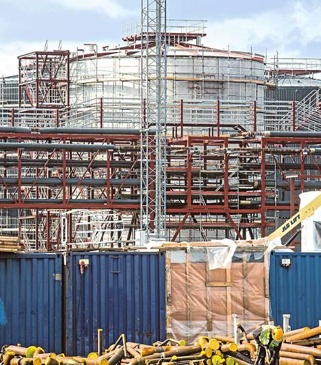 UPM rakentaa Lappeenrannan Kaukaan alueelle biodieseljalostamoa. Neste Oil pyysi markkinatuomioistuinta estämään jalostamon tuotteiden myynnin sakon uhalla. Tuomioistuin ei suostunut vaatimukseen.