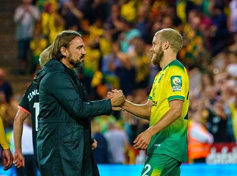 Teemu Pukki vastaanotti onnittelut joukkueen päävalmentajalta Daniel Farkelta syyskuun Valioliiga-ottelussa.