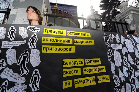 Amnestyn jäsen vaati Valko-Venäjää poistamaan kuolemanrangaistuksen Valko-Venäjän Moskovan-suurlähetystön lähellä keskiviikkona.