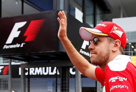 Sebastian Vettel keskittyy tiimin kannustamiseen.