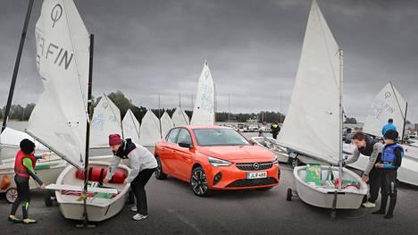 Ympäristöystävälliset kulkupelit kokoontuivat Espoon Nuottaniemessä. Vasemmalla Emil ja Sari Stolt valmistelevat jollaa purjehduskuntoon, oikealla Maija ja Eero Kaartovuori veneen parissa.