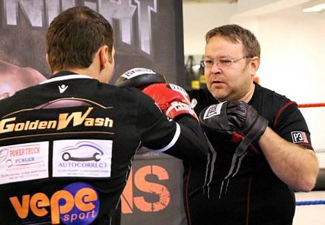 Pekka Mäki sparrasi Edis Tatlia viime joulukuussa.