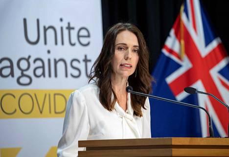 Pääministeri Jacinda Ardern puhui lehdistötilaisuudessa Wellingtonissa 20. huhtikuuta. Ardern kertoi tilaisuudessa viruksen leviämisen estämiseksi asetettujen rajoitusten jatkuvan vielä ainakin viikon.