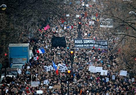 Puolitoista miljoonaa ihmistä osallistui viime viikon terrori-iskujen uhrien muistoksi järjestettyyn suurmarssiin Pariisissa sunnuntaina. Noin kolmen kilometrin mittaista reittiä suojasi noin 2 200 turvallisuusjoukkojen jäsentä, joista 150 oli siviiliasuisia poliiseja.