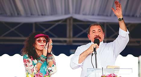 Nicaraguan presidentti Daniel Ortega ja hänen vaimonsa Rosario Murillo puhuivat kannattajilleen sandinistivallankumouksen 34. vuosipäivänä viime heinäkuussa Managuassa.
