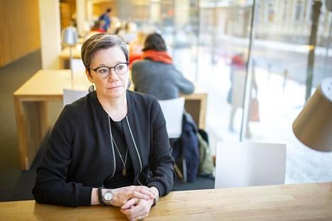 Tutkija Niina Junttilan mukaan Suomessa yksinäisyyttä hävetään ja pidetään omana vikana, mikä tekee asiasta paljon pahempaa.