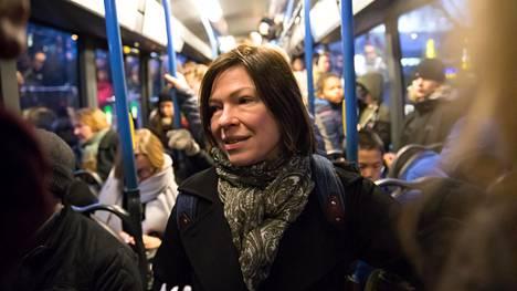 Raide-Jokerista on puhuttu jo parikymmentä vuotta, sanoo Helsingin apulaispormestari Anni Sinnemäki (vihr). Nyt reitillä kulkee 550-linjan bussi, jonka kyydissä oli tiivis tunnelma viime viikolla.