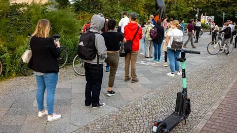 Tiergartenin äänestyspaikalle Berliinissä syntyi sunnuntaina jonoja, jotka ulottuivat kauas kadulle asti.