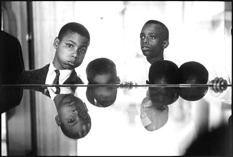 Mustille muslimilapsille opetetaan mustien historiaa Metropolitan-museossa New Yorkissa. 1961.