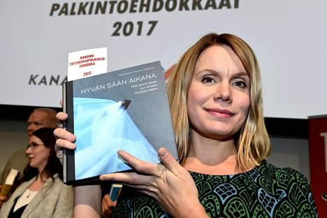 Hanna Nikkasen ja Tampereen yliopiston journalistiopiskelijoiden kirja Hyvän sään aikana voitti Kanava-tietokirjapalkinnon. Ehdokkaat julkistettiin Helsingin kirjamessuilla 26. lokakuuta.