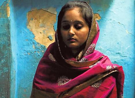 Intialainen Aisha on muslimi. Hän haluaa naimisiin hindupojan kanssa.