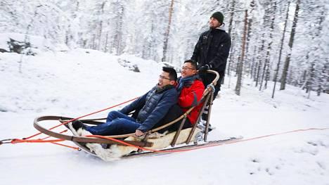 Kiinalaiset Wang Haowei (sinisessä takissa) ja Li Jiuqing (punaisessa takissa) kävivät huskyajelulla Rovaniemellä. Ohjaksissa Kristian Erkkilä.