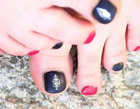 Rock-henkisiä mustia ja pinkkejä kynsiä koristavat Minx Underwear -koristetarra sekä tekotimantti.