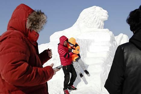 Kisojen alussa sää oli hyytävän kylmää voimakkaan tuulen takia. Isä Hong Chae-bum ja tytär Hong Ye-ji lumiveistoksen edustalla Pyeongchangissa.