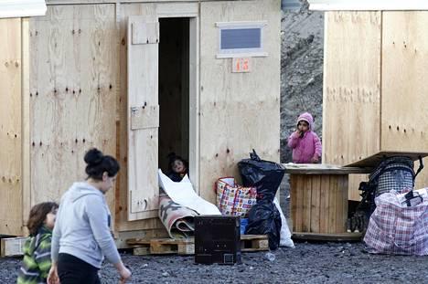 Pakolaisperheet asuvat lämmitetyissä puukonteissa, joita on tällä hetkellä valmiina noin 200 kappaletta.
