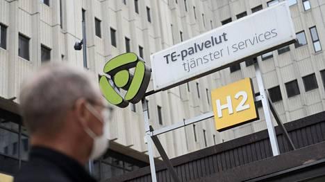 Työnhakija matkalla Pasilan te-toimistoon Helsingissä.