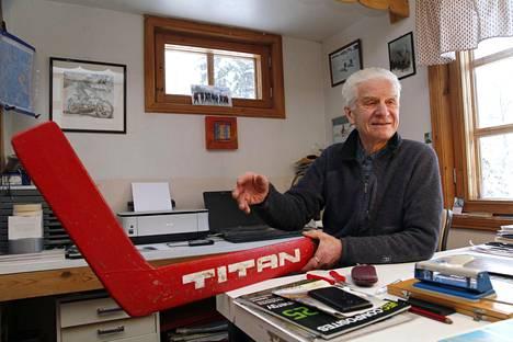 Antti-Jussi Tiitola ja Titanin valmistama punainen maalivahdin maila. Punainen valikoitui väriksi, kun Neuvostoliiton punakone halusi Titanit.