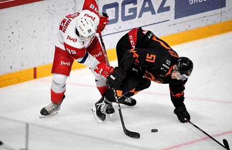 Alex Grant (oik.) kamppailemassa kiekossa lokakuun lopulla Helsingissä pelatussa ottelussa Lokomotivia vastaan.