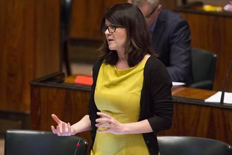 """""""On kiusallista katsoa vastuussa olevan ministerin kiemurtelua"""", vihreiden Outi Alanko-Kahiluoto sanoi täysistunnossa torstaina. Kuva on keväältä 2015."""